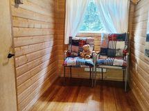 Saunarakennuksen pukuhuone.