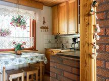 Näkymät olohuoneen suunnalta keittiöön
