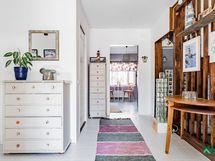 Sisääntulossa valoisuutta ja tilat aukeavat avariksi oleskelu- ja keittiötiloiksi.