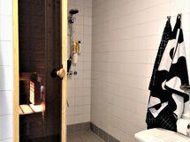 Siisti, vaalea kylpyhuone