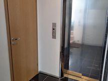 Eteinen ja hissi
