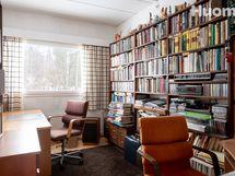 Makuuhuoneissa laajat ikkunapinnat, kunnolla tilaa