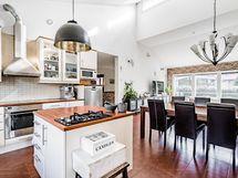 Tyylikäs ja valoisa yhdistettu keittiö/-olohuone