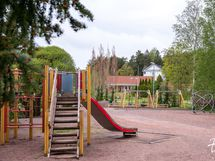 Viereinen leikkipuisto kutsuu leikkimään