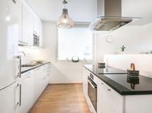 Päätyikkuna tuo ihanasti valoa keittiöön/ Gavelfönster ger härligt med ljus till köket