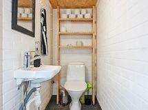 Kellarikerroksen erillinen wc