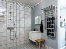 Kylpyhuone ja kulku kodinhoitohuoneeseen