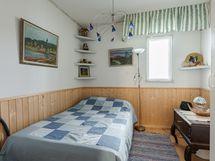 Varastosta tehty makuuhuone.