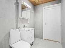 Tilavassa kylpyhuoneessa paikka pesutornille