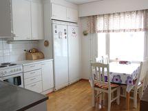 2. makuuhuonetta vastapäätä sijaitsee tilava ja valoisa keittiö.