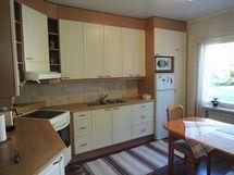 pienemmän asunnon keittiö A