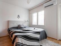 alakerran makuuhuoneessa ilmalämpöpumppu