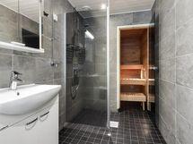 Sauna ja uusittu kylpyhuone