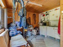 Tallin päädyssä pieni keittiö ja wc