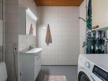 Kylpyhuoneeseen asennettu v. 2019 uusi lavuaari, allas-ja peilikaappi