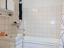 Kylpyhuone isolla ja pitkällä ammeella.