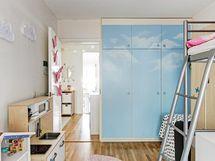 Kaappien oviin tehty taidokas maalaus