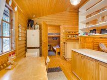 Näkymä keittiöstä makuuhuoneiden suuntaan