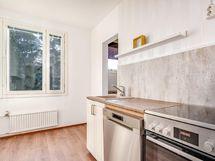Oikealla aukeva entinen vaatehuone on otettu keittiön päädystä käyttöön lisätilaksi