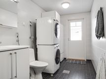 Toiselle parvekkeelle kulku kylpyhuoneesta/ Till den andra balkongen har utgång fr. badrummet.