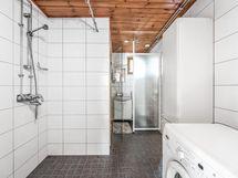 Pesuhuone, perällä wc