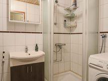 suihkukaappi ja tilaa pesukoneelle
