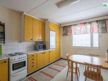 Keittiön kaapistot ovat alkuperäiset - välitilan laatoitus on uusittu