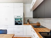 Säilytystilaa ja laskutilaa keittiössä hyvin sekä käytännöllinen aamiaiskaappi
