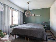 Makuuhuone 1 ja liukuovikaapisto