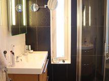 Wc/kylpyhuone isoimman makuuhuoneen yhteydessä