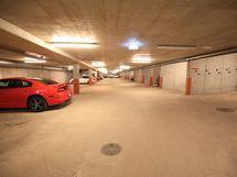 Autohalli soveltuu mitoitukseltaan oivallisesti myös nykyautoille.
