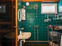 """Kylpyhuoneen komea """"retrolaatoitus""""."""