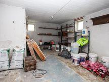 Kellarissa on runsaasti varasto ja askartelutilaa