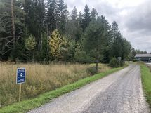 Näin löydät tontille, Metsäkauriinpolku ja Svenniksentien risteys. Jatka eteenpäin oikealle