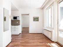 Näkymä olohuoneesta ruokailutilaan ja makuuhuoneeseen päin