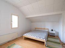 Kuva yläkerran toisesta makuuhuoneesta