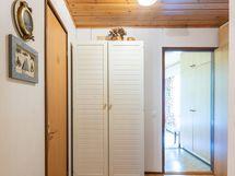 Käytävä  makuuhuoneelle lähinnä ulko-ovea ja erilliselle wc:lle