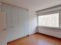 Makuuhuoneen ikkuna avautuu koivikkoisen metsän puolelle
