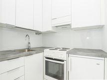 Remontoitu keittiönurkkaus, johon tulossa pyykinpesukone