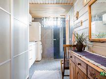 Kaapistoja ja säilytystilaa on runsaasti jo matkalla kodinhoitohuoneeseen.