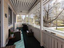 Lasitettu asunnon levyinen parveke, jonne käynti sekä olohuoneesta että makuuhuone 1:stä