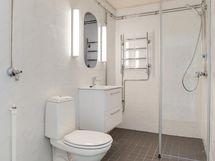 Iso kylpyhuone/ Ett stort badrum
