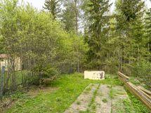 Piha rajoittuu puisto/metsäalueeseen.