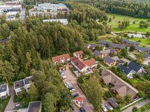 Ulkoilumaastot ja Variston yritysalue ovat aivan talon nurkalla.
