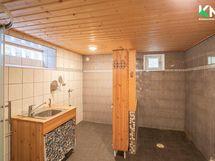 Pesuhuone on kauttaaltaan laatoitettu