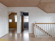 Aula, jonka yhteydestä käynti yläkerran kylpyhuoneeseen ja vaatehuoneeseen.