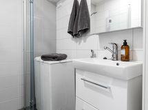 Valollinen peilikaappi ja allaskaapissa on kaksi laatikkoa. Peilikaapissa on pistorasia esim. sähköhammasharjalle.