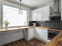 Keittiön työtasot on kuin tehty leivontaan ja ruoanlaittoon.