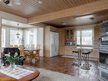 Olohuone, ruokailutila ja keittiö.