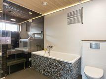 Kylpylämäinen kylpyhuone saunoineen